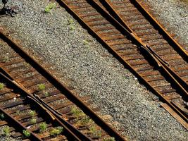 vieux chemin de fer à double voie rouillé photo