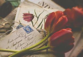 fleurs rouges avec enveloppes, style vintage photo