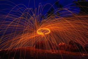 brûler de la laine d'acier sur la pierre près de la plage. photo