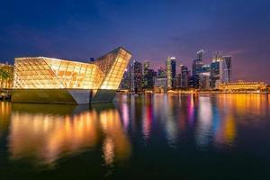 Singapour, 30 avril 2018 - skyline de Singapour sur la baie de la marina photo