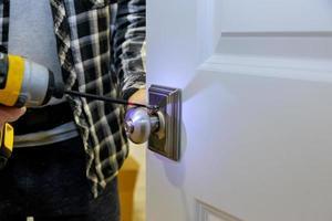 installation de menuisier à l'intérieur de la serrure de porte en bois photo