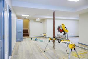 coupe à la scie circulaire pour les nouveaux détails de finition intérieure de construction de maison photo