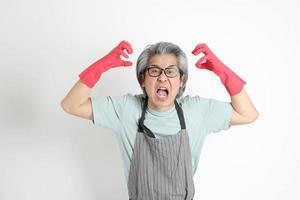 femme de ménage asiatique isolée photo
