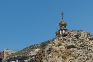 paysage avec une chapelle chrétienne sur un rocher photo