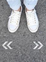 chaussures décontractées blanches prenant la décision photo