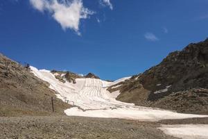champ de neige d'été sur les alpes suisses photo