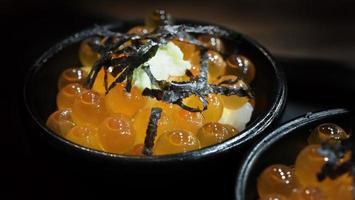œufs d'ikura. œufs d'ikura de saumon servis avec du riz et garnis d'algues photo