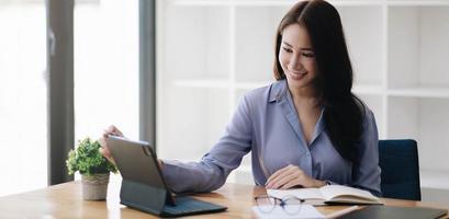 Portrait d'une femme d'affaires asiatique travaillant sur un ordinateur portable dans un café-café photo