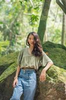 touriste avec voyage dans la forêt photo