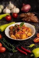 pâte de curry sautée avec pousses de bambou et porc haché. photo