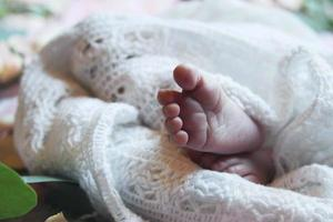 les pieds de bébé en drap blanc photo