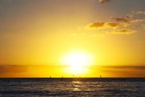 le soleil du soir sur la belle plage de la mer photo