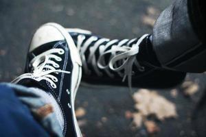 porter une paire de chaussures ensemble photo
