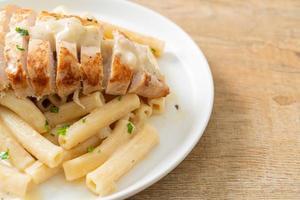 pâtes quadrotto penne sauce crémeuse blanche au poulet grillé photo
