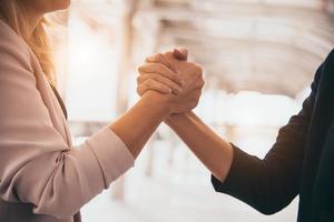 concept de poignée de main de confiance de réunion de partenariat d'affaires photo
