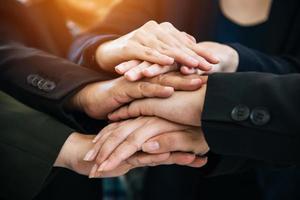 hommes d'affaires faisant des tas de mains pour le démarrage d'un nouveau projet photo