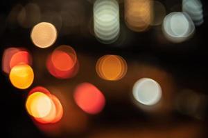 arrière-plan flou de la lumière de la ville dans la vie nocturne photo