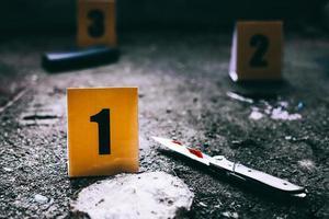 marqueurs de preuves avec couteau et chargeur d'arme au sol photo