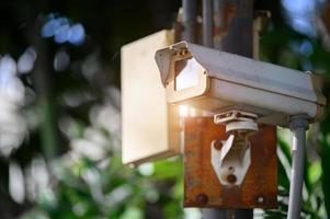 Caméra enregistreur numérique de vidéosurveillance dans un parc public photo