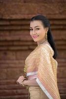 belle femme vêtue d'une robe thaïlandaise typique photo