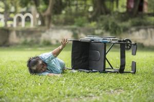 une femme âgée a besoin d'aide après un accident en fauteuil roulant. photo