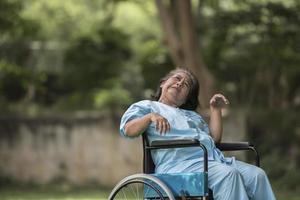 femme âgée assise sur un fauteuil roulant avec la maladie d'alzheimer photo