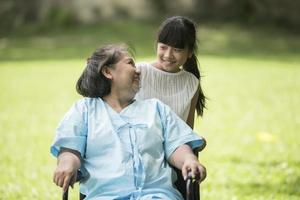 grand-mère âgée en fauteuil roulant avec sa petite-fille à l'hôpital photo
