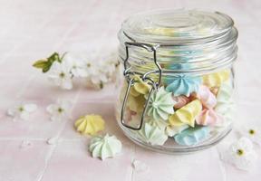 petites meringues colorées dans le bocal en verre photo
