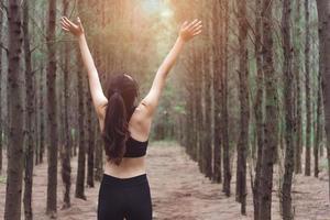 femmes étirant les bras et respirant l'air frais photo
