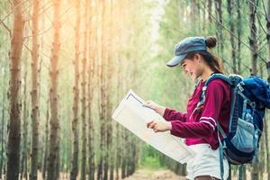 voyage touristique féminin dans les bois de pin randonnée pendant les vacances photo
