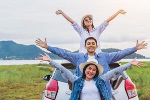 des amis asiatiques heureux écartent largement les bras et respirent de l'air frais photo