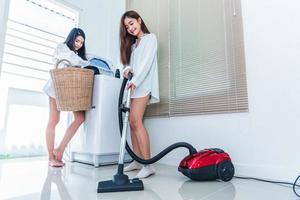 deux femmes asiatiques faisant le ménage et les tâches ménagères dans la cuisine photo