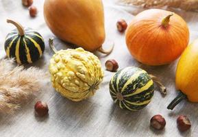 une nature morte d'automne rustique avec des citrouilles photo