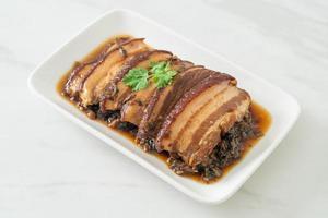 poitrine de porc à la vapeur avec des recettes de chou à la moutarde ou mei cai kou rou photo