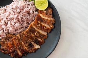 poulet jerk jamaïcain grillé épicé avec du riz photo