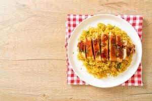 poulet grillé au piment doux et riz au curry photo