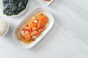 saumon frais shoyu mariné cru ou sauce soja marinée au saumon photo