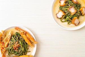 mimosa d'eau sauté avec poitrine de porc croustillante et crevettes de rivière photo