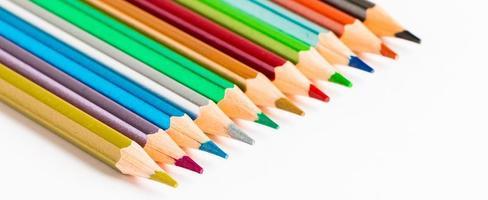ensemble de crayons de couleur sur fond blanc. photo