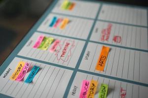 horaire hebdomadaire coloré pour les cours universitaires avec des messages colorés photo
