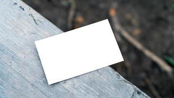 carte de visite blanche sur béton pour maquette photo