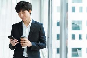 jeune homme d'affaires en costume photo