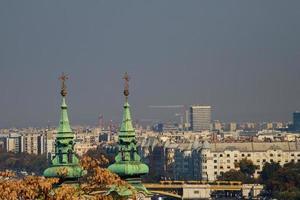 toits de l'église saint istvan de la vieille ville historique de budapest hongrie photo