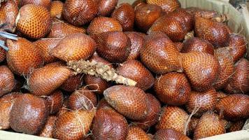 fruits de serpent sur le marché traditionnel photo