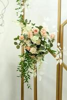 belles compositions florales au restaurant photo