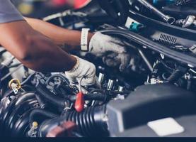 mains de mécanicien automobile réparant la voiture. mise au point sélective. photo