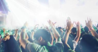 flou de silhouette d'une foule de concert photo