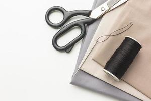 tissus avec des ciseaux et du fil photo