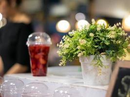 fraise et sirop dans le verre en plastique sur l'étagère photo