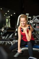 les jeunes femmes s'entraînent au gymnase pour renforcer le corps photo